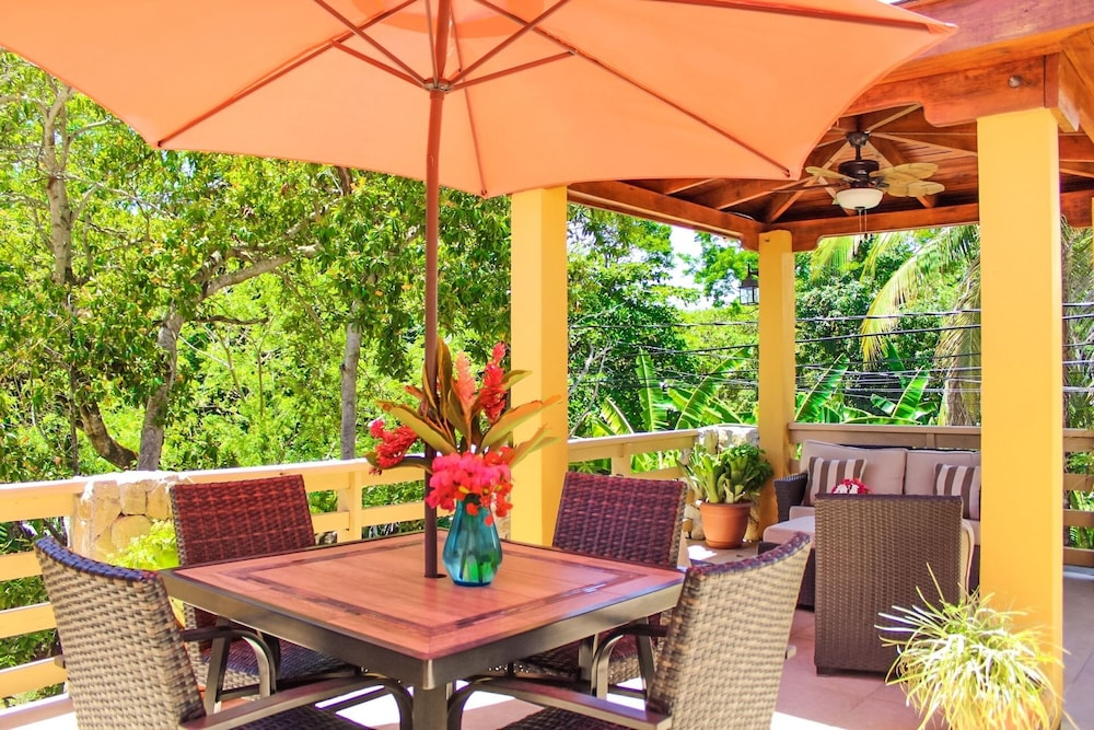 Terrace/Patio, Rock Point Villas Vacations Rentals Sandy Bay, Roatan, Honduras.c.a
