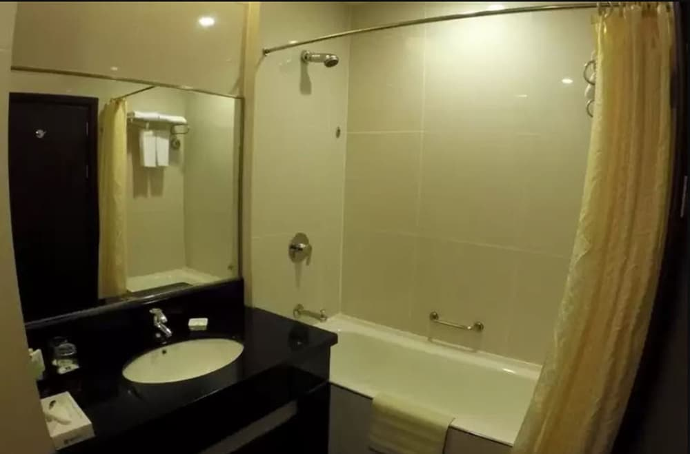 Imperial Palace Hotel, Miri: 2018 Reviews & Hotel Booking | Expedia ...