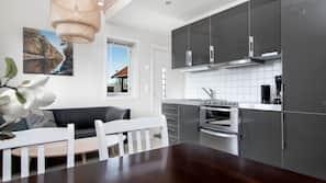 Kjøleskap, ovn, kokeplater og oppvaskmaskin