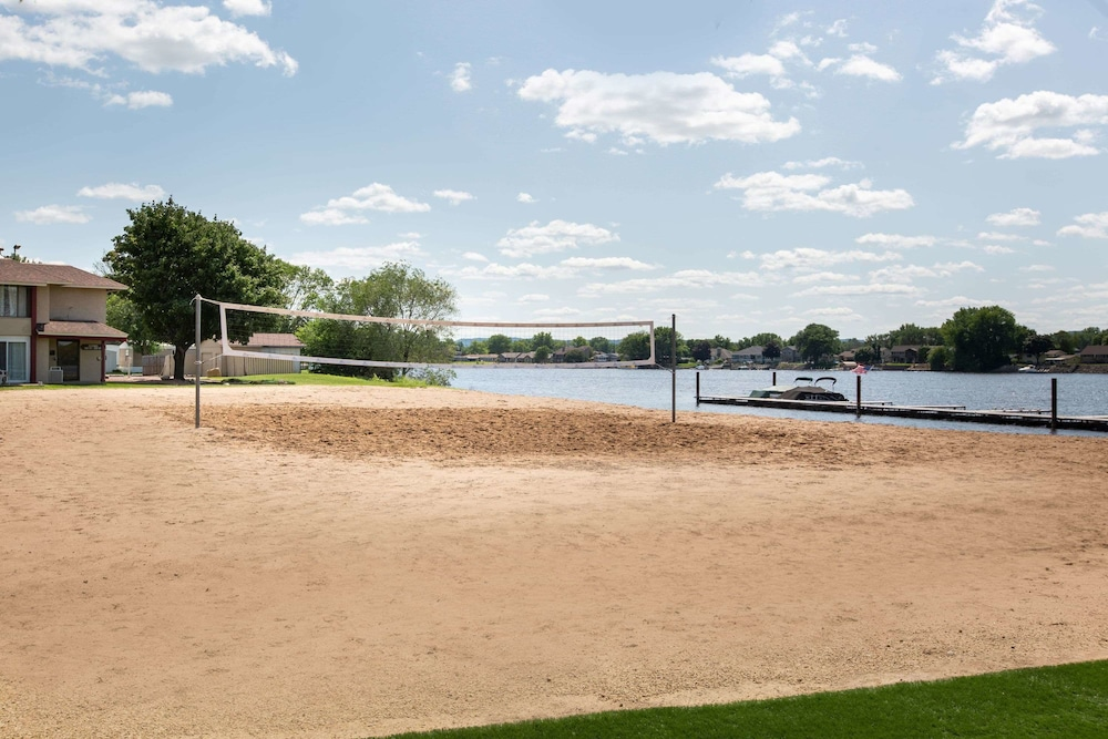 Sport Court, AmericInn by Wyndham La Crosse Riverfront-Conference Center