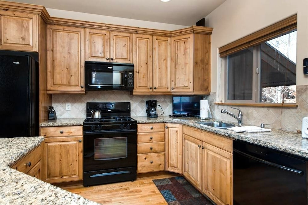 Private Kitchen, Luxury Log  In Park City 4 Bedroom Townhouse