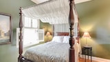 Rose Garden Country Cottage For Two by RedAwning - Petaluma Hotels