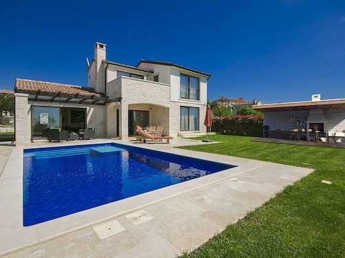 Villa With Large Garden, Swimming Pool, Outdoor Kitchen, Sports Field and Panoramic Views
