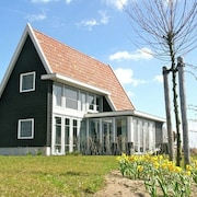 Luxurious Detached Accommodation, Located in a Holiday Park in Giethoorn Surrounded by Water