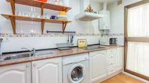 Frigorífico, microondas y utensilios de cocina