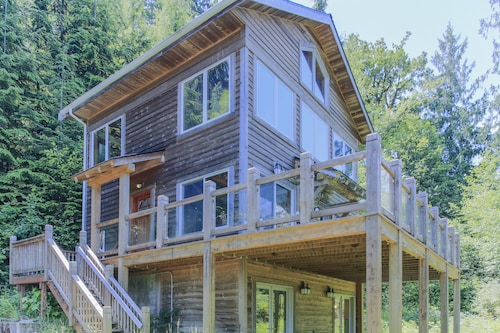 Great Place to stay Woodland Hideaway in the Hills by RedAwning near Snohomish