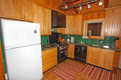 Private Kitchen, 673 San Francisco Avenue 2 Bedroom Cabin