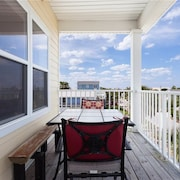 Green Parrot 6 Bedrooms Ocean View Sleeps 16 by RedAwning
