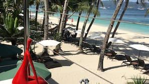 해변에 위치, 일광욕 의자, 비치 파라솔