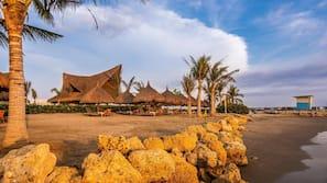 Plage, sable noir, navette gratuite vers la plage, chaises longues