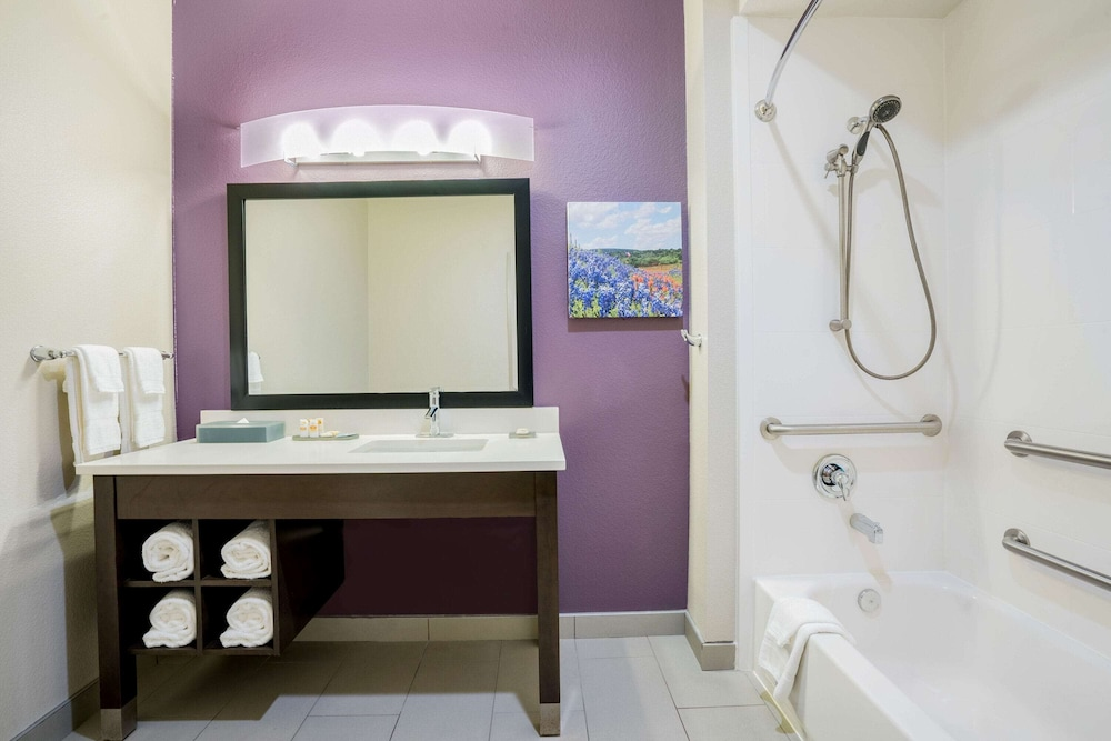 Bathroom, La Quinta Inn & Suites by Wyndham Houston Cypress