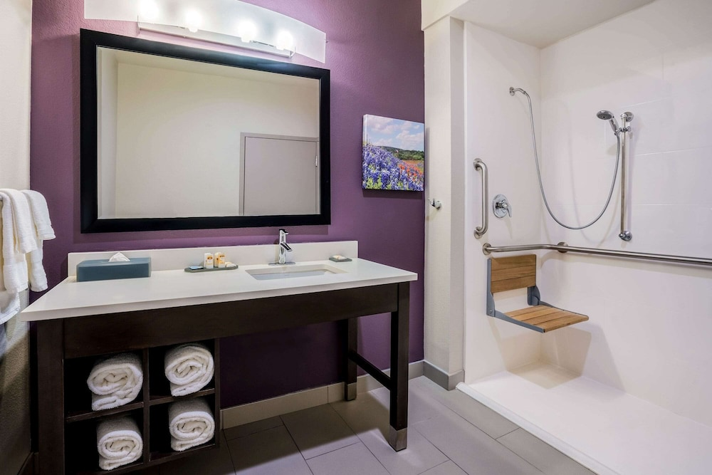 Bathroom Shower, La Quinta Inn & Suites by Wyndham Houston Cypress