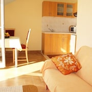 Apartment 606 m From the Center of Orašac With Air Conditioning, Parking, Balcony, Washing Machine