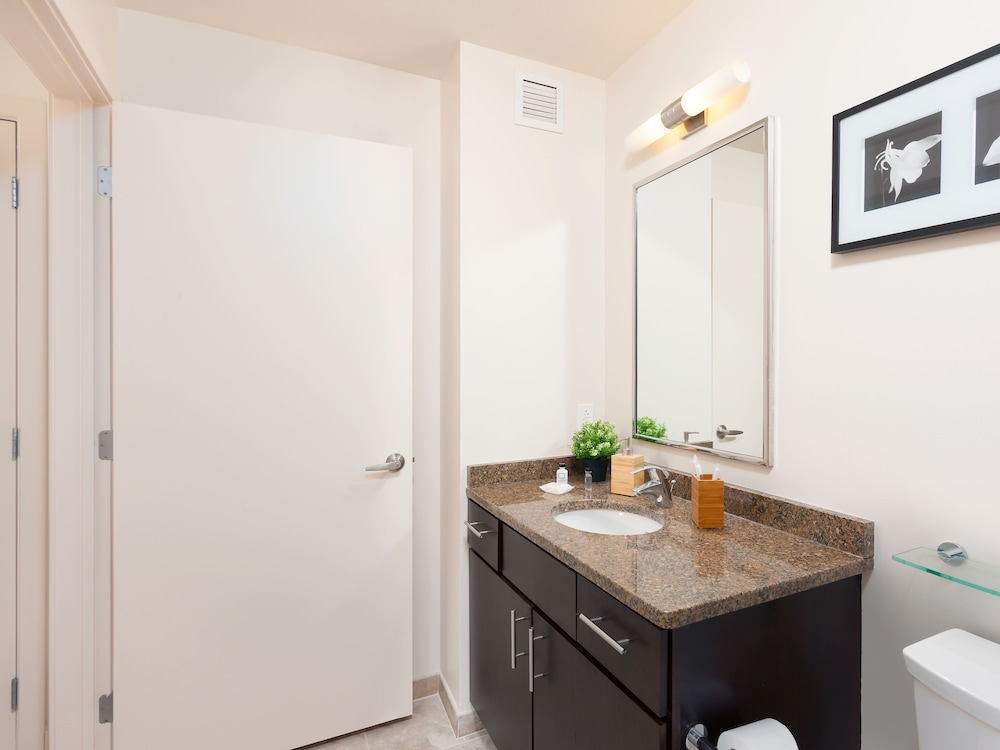 Bathroom, Capitol Hill Fully Furnished Apartments, Sleeps 5-6 Guests