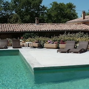 Very Comfortable Gite With Swimming Pool and Views of the Luberon Mountains