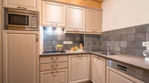 Kühlschrank, Ofen, Geschirrspüler, Wasserkocher mit Kaffee-/Teezubehör