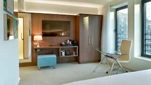 Een kluis op de kamer, een bureau, verduisterende gordijnen