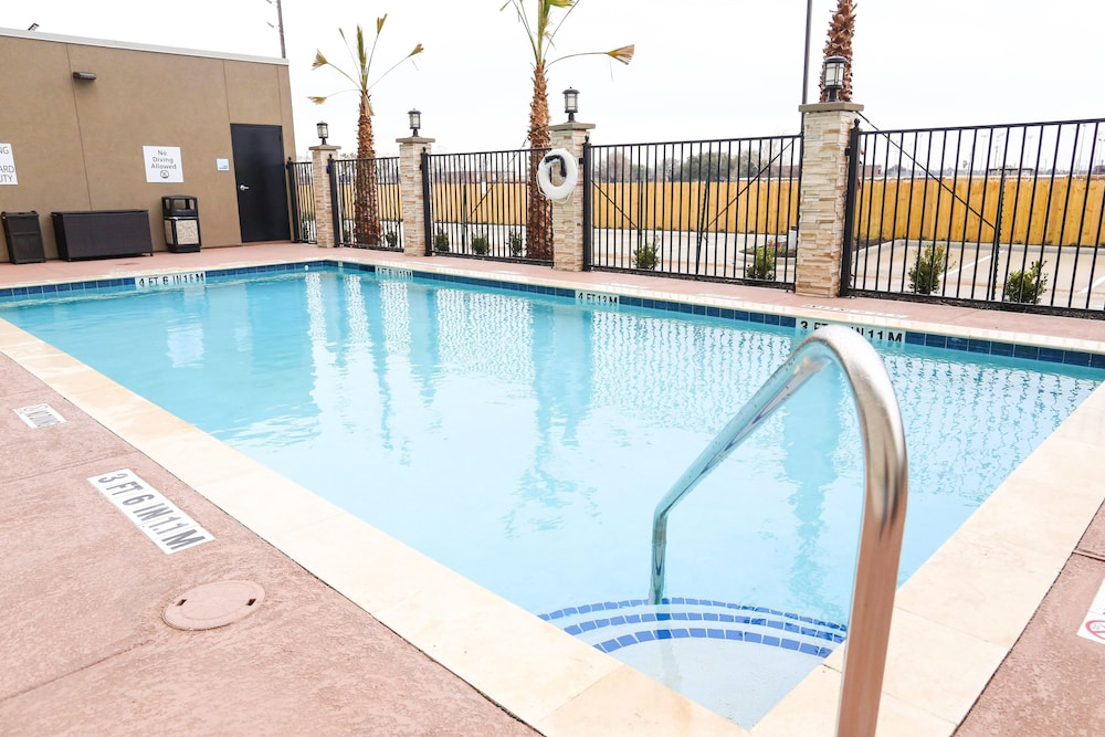 Pool, Holiday Inn Express & Suites Houston IAH - Beltway 8