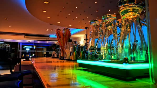 3 bars/lounges, lobby lounge