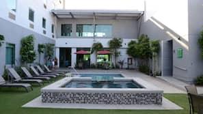 Una piscina al aire libre (de 9:00 a 22:00), sombrillas, tumbonas