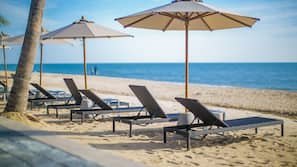 Privat strand, parasoller och strandbar