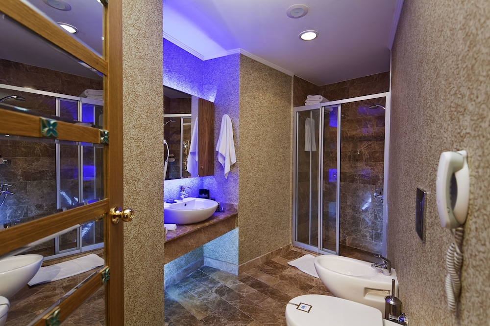 Bathroom, Granada Luxury Resort Okurcalar - All Inclusive