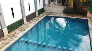 Una piscina al aire libre (de 9:00 a 22:00), sombrillas