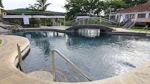 5 outdoor pools, free cabanas