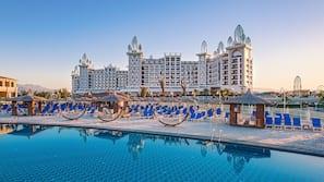 2 piscine coperte, 10 piscine all'aperto, cabine incluse nel prezzo