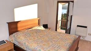 1 개의 침실, 각각 다르게 꾸며진, 각각 다르게 가구가 비치된, 암막 커튼
