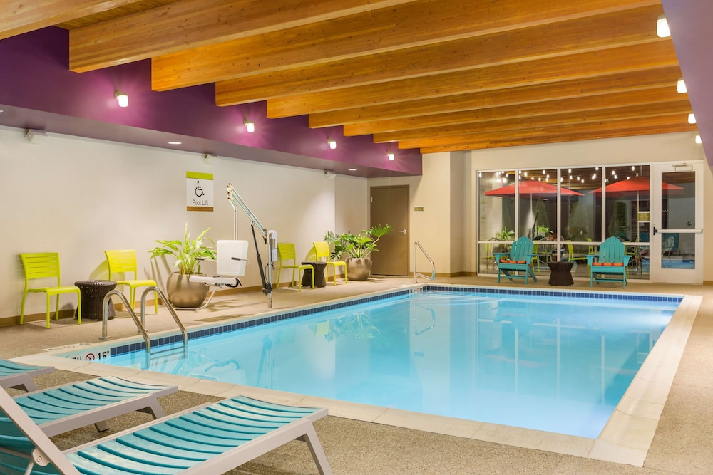 Pool, Home2 Suites By Hilton Youngstown