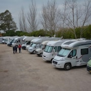 Estacionamiento para caravanas o camiones