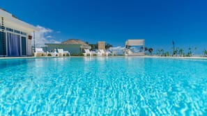 5 outdoor pools, sun loungers