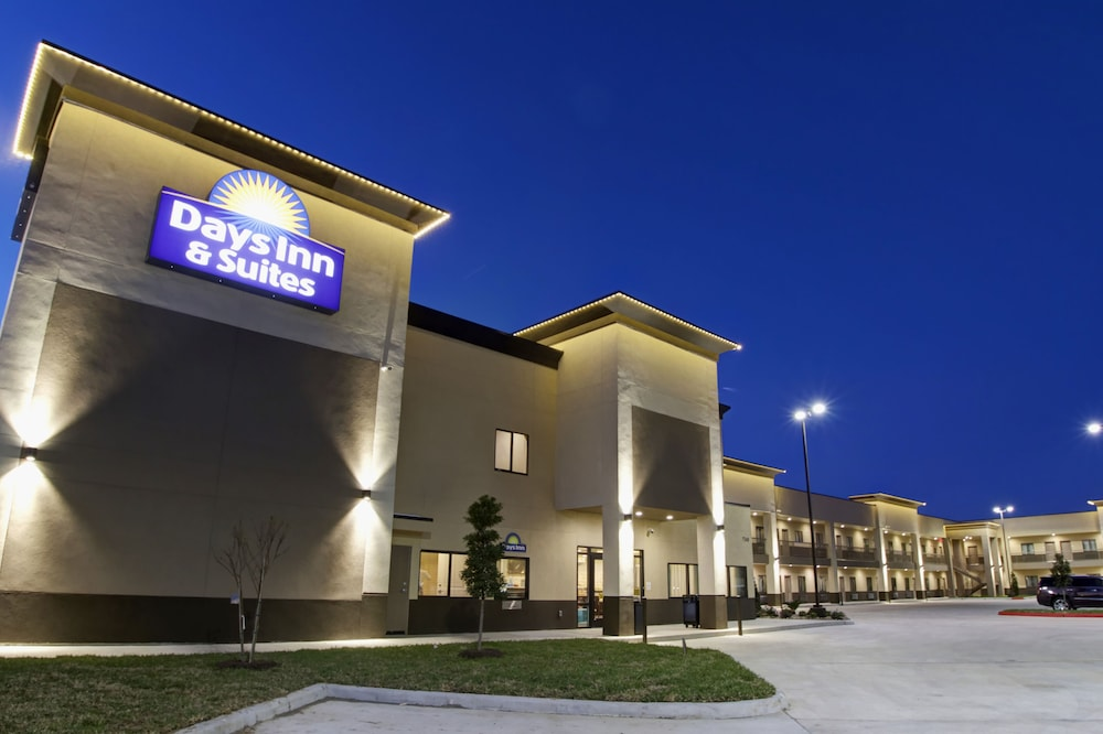 Front of Property - Evening/Night, Days Inn & Suites by Wyndham Port Arthur