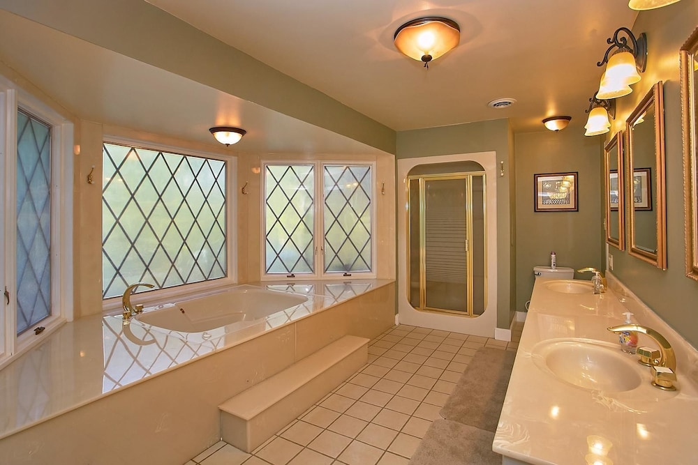 Bathroom Amenities, Mountain View Mansion