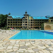 Beautiful Apartment by the Forest - Garden, Pool; Only 150m From the sea