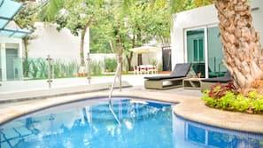Una piscina al aire libre (de 9:00 a 23:00), sombrillas, tumbonas