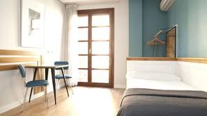 1 sovrum, sängtillbehör av högsta kvalitet och skrivbord