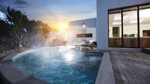 시즌별로 운영되는 야외 수영장, 10:00 ~ 23:00 오픈, 수영장 파라솔, 일광욕 의자