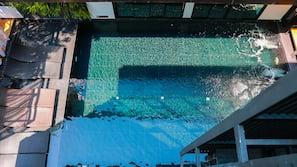 室外泳池;08:00 至 20:00 開放;躺椅