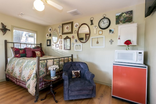 Great Place to stay Lone Star Guest Haus - Small Suite near Fredericksburg