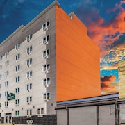 La Quinta Inn & Suites by Wyndham Brooklyn Central