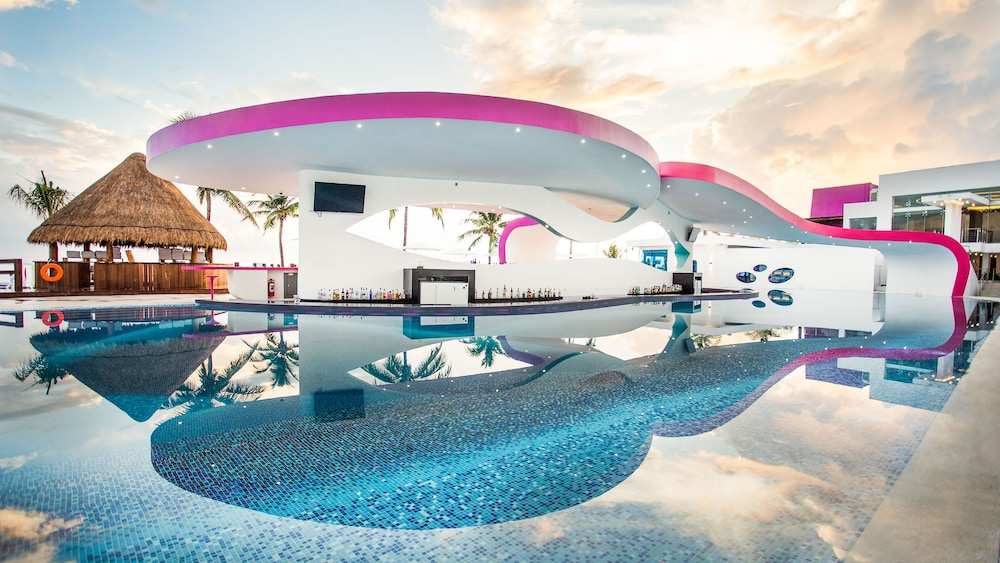 Poolside Bar, Temptation Cancun Resort  - All Inclusive- Adults Only