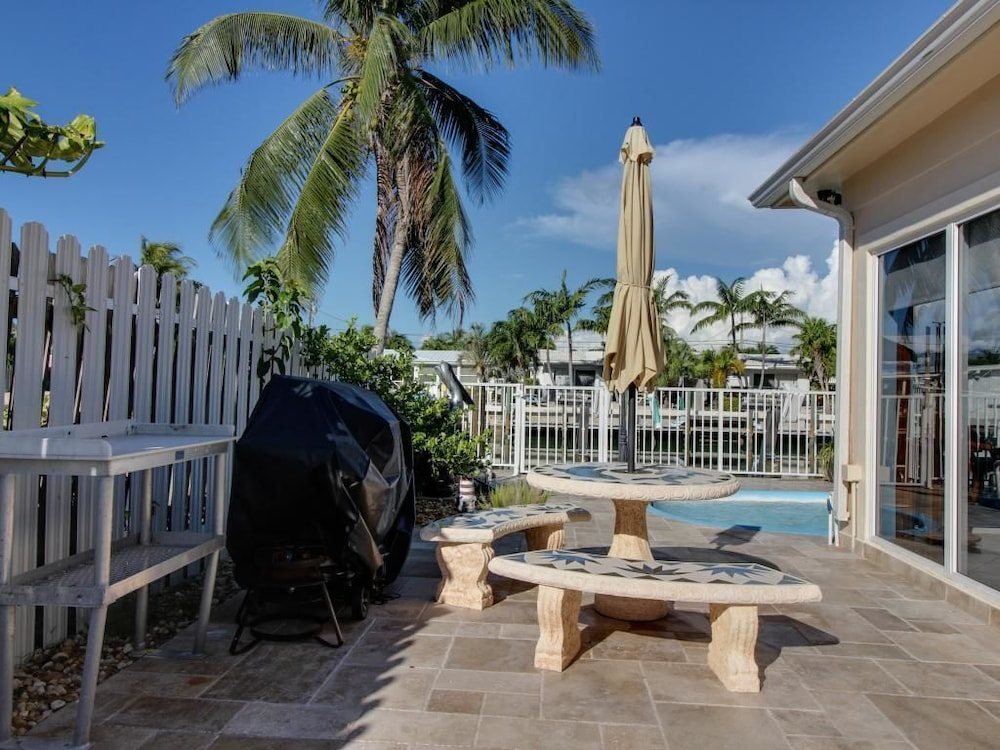 key colony beach single parents This is a beautiful new 4 bedroom, 3 bath home in fablulous key colony beach the sleeping arrangements are 3 king bedrooms,1 bedroom with twins and a sleeper sofa in the living room.