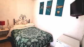 Minibar, escritorio, cortinas opacas y tabla de planchar con plancha