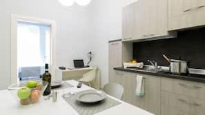 Frigorifero, microonde, piano cottura, macchina per caffè espresso