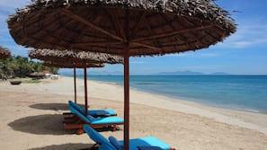 Plage privée à proximité, cabines gratuites, chaises longues, parasols