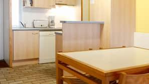 Réfrigérateur, batterie de cuisine, vaisselle et ustensiles