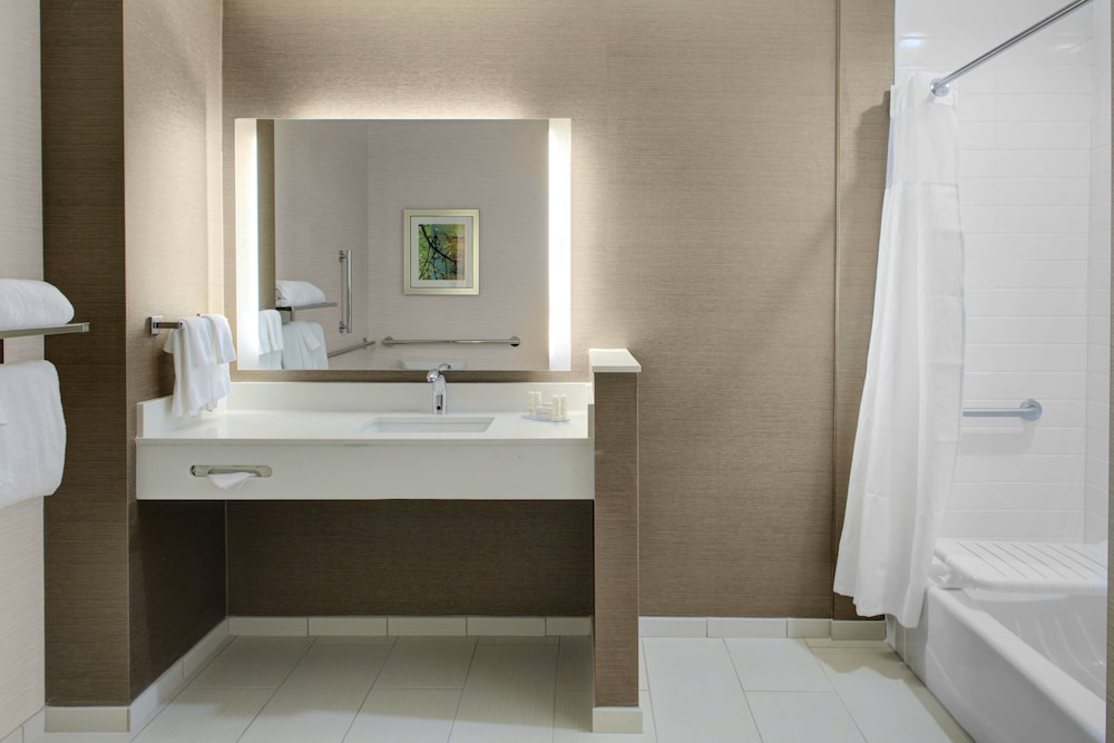Bathroom, Fairfield Inn & Suites by Marriott Bakersfield North/Airport
