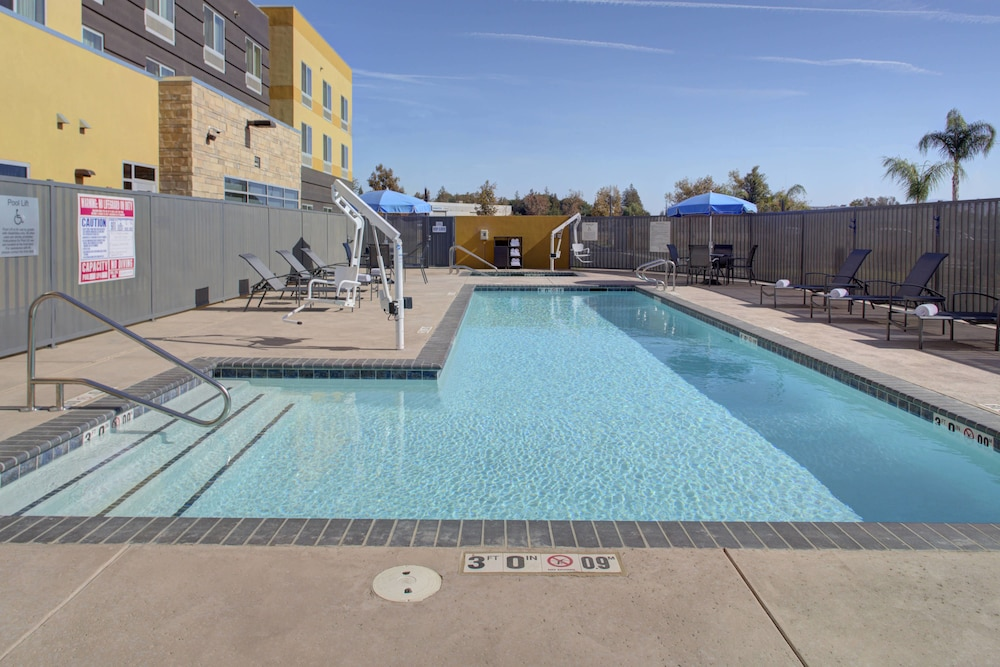 Outdoor Pool, Fairfield Inn & Suites by Marriott Bakersfield North/Airport